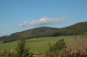 <small>Blick auf das Negertal Richtung Olsberg mit Kahlenberg rechts</small>