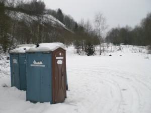 Toilettenhäuschen am Eingang zum Bergsee