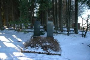 Neue Grabsteine auf alten Gräbern