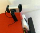 Eine der Videokamaras, rechts der WLAN-Router(?)