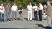 SponsorInnen und örtliche PolitikerInnen bei der feierlichen Eröffnung der Kommunikationsinsel