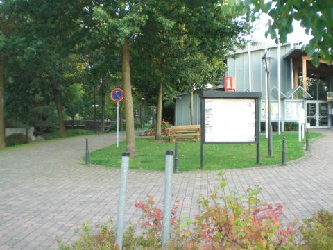 Touristeninfo mit Kur- und Konzerthalle. Links eine Fußgängerbrücke über die Ruhr