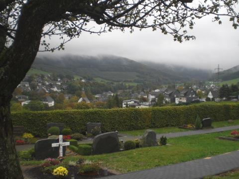 Wiemeringhausen: Friedhof und Ort im Tal
