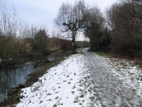 Der Weg, die Kollau und der Schneematsch (foto: zoom)