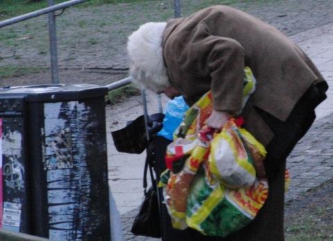 Für die einen war das Jahr 2009 schlecht. Alte Frau auf dem Hamburger Campus  (foto: zoom)