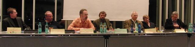 Experten auf dem Podium: Dr. med. Frank Koslowsi, Dr. med. Henning Förster, Dr. med Friedhelm Schmitten, Reinhard Loos, Dr. med. Rolf Kleinmann, Annette Loos, Walter Kuhlmeyer (foto: zoom)