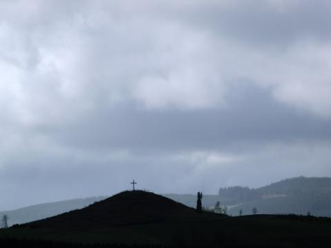 Osterfeuer rechts neben dem Kreuz im Hochsauerland (foto: zoom)