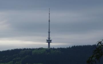 Der Hunauturm von der anderen Seite des Sorpetals