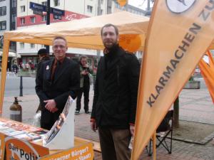 Dortmunder Piraten: Daniel Niedzwetzki (li.) und Christian Gebel hinter ihrem Wahlkampfstand (foto: zoom)