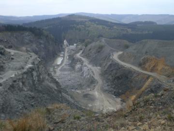 """Nach den Steinen das Erdgas. Steinbruch im Hochsauerland. Heute schon keine """"reine Natur"""" (archiv: zoom)"""
