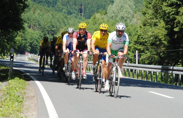 Radsportgruppe auf der L742 zwischen Wulmeringshausen und Brunskappel (foto: zoom)