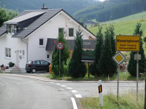 Und gleich geht's bergab: Wiemeringhausen mit Tempo 30 (foto: zoom)