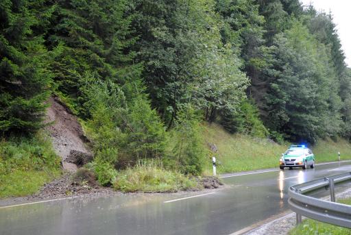 Um 17:48 begann die Polizei den Erdrutsch mit einem Fahrzeug zu sichern. (foto: zoom)