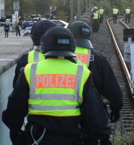 Gegen Rechts: Polizei auf den Gleisen des Dortmunder Hauptbahnhofs (foto: zoom)