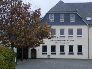 Gefahr droht vielen Schulstandorte im HSK. Hier die Grundschule Siedlinghausen. (foto: zoom)