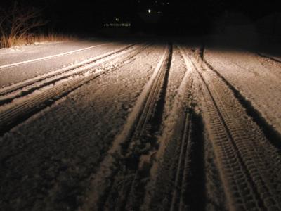 Heute Abend um 19 Uhr am Bremberg: Reifenspuren im Schnee (foto: zoom)