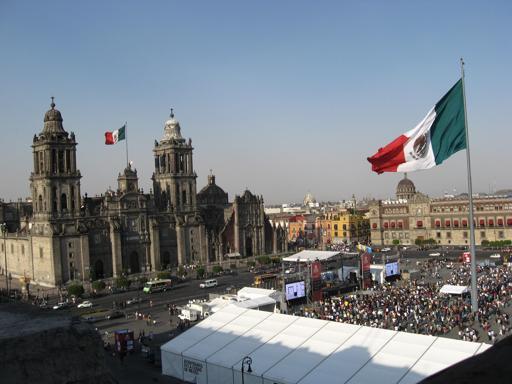 Kennt man aus jedem Reiseführer: der Zocalo, der Hauptplatz von Mexiko-Stadt. Dort haben die Spanier einfach mal ne Kirche auf die zerstörten Azteken-Tempel gesetzt. (foto: koerdt)