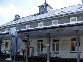 Bahnhof Bestwig aus dem abfahrenden Zug. Beachte die Uhr oben ;-) (foto: zoom)