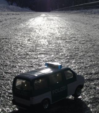 Die Sonne spiegelt sich im schieren Eis.