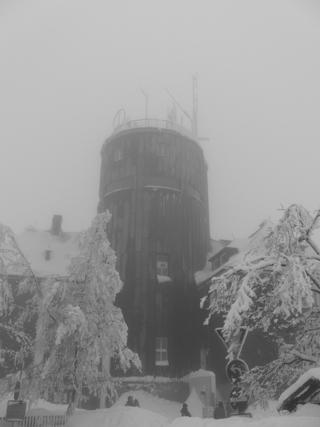 Der Turm auf dem Kahlen Asten heute mittag. Nebel und Tauwetter. (foto: zoom)