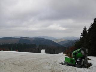 Der Skihang in Bödefeld. Trotz laufender Lifte - sehr übersichtlich. (foto zoom)