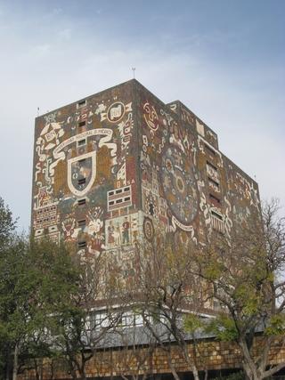 Ein Rundgang lohnt sich, denn zahlreiche, namhafte Künstler haben auf den Gebäuden ihre Spuren hinterlassen. So hat Juan O'Gorman liebevoll mit vielen, kleinen bunten Steinchen Mosaike zusammengesetzt, die wiederum die Zusammensetzung unserer Weltbilder widerspiegeln sollen. Und manches mahnt eher sozialistisch-idealistisch an auf dem Campus, der übrigens zum UNESCO-Welterbe gehört.