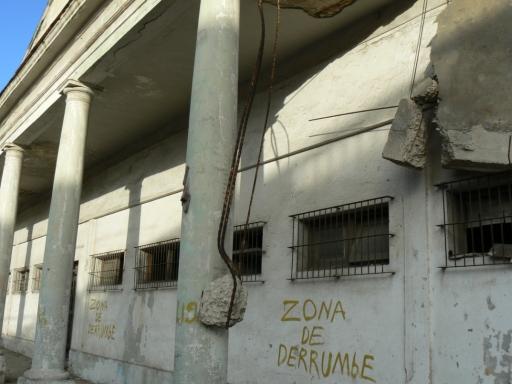 Abseits der touristischen Routen steht zur Warnung der Bevölkerung drauf, was drin ist: Einsturzzone. (fotos: weber)