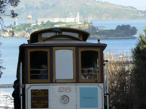 Cable car, im Hintergrund: Alcatraz Island