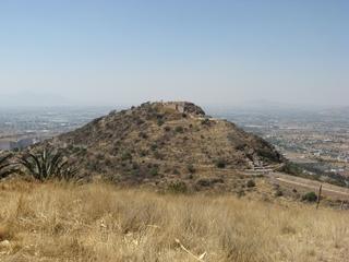 Heute sieht der Hügel doch ein bisserl karg aus. Unten rechts sieht man noch das Aquädukt, das dem Badevergnügen diente.