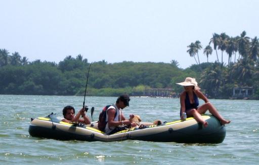 Für eine Yacht und Champagner hat es nicht gereicht, dafür aber fürs Abendessen (links im Bild an der Angel) - kleine Schlauchbootpartie mit Dosenbier auf der Lagune de Coyuca. Dort, wo Rambo bereits ein paar Vietnamesen und Russen zur Strecke gebracht hat.