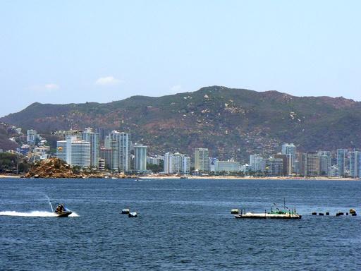 Die Bucht von Acapulco - in diesen Hochhäusern verstecken sich die US-Amerikaner und Europäer vor den Einheimischen.