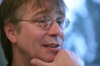 Dr. Werner Jurga rezensiert Detlef Träberts Leseheft (foto: jurga)