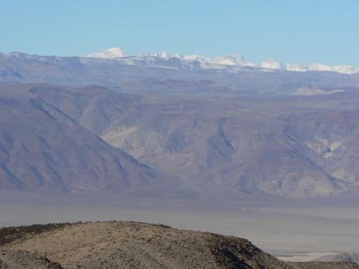 Sierra Nevada (im Hintergrund) vom Death Valley aus gesehen.