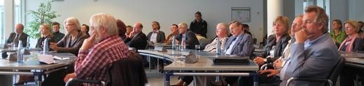 Blick in den Plenarsaal des Kreishauses: Ein nachdenkliches und konzentriertes Publikum.