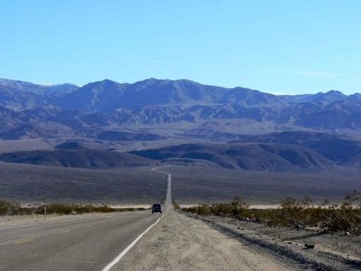 Blick auf die Bergkette im Westen. Dahinter beginnt das Death Valley. (fotos: weber)