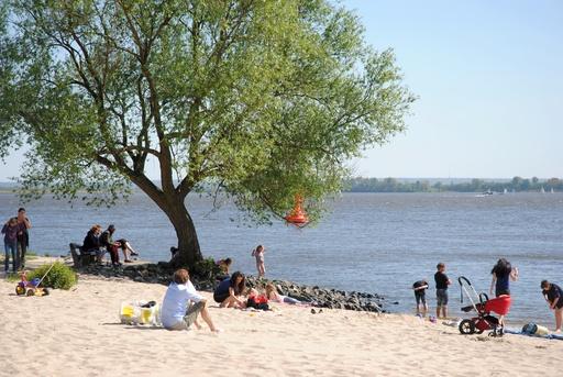 Die Elbe im April bei Blankenese. (foto: chris klein)