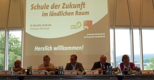 """Das Podium der Veranstaltung """"Schule der Zukunft im ländlichen Raum"""" im Kreishaus Meschede. (foto: wendland)"""