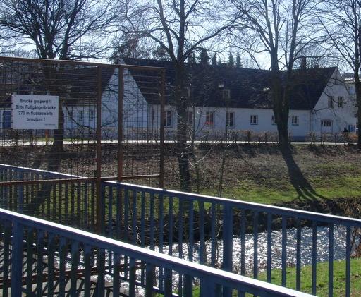 Blick über die Ruhr: Vereinsheim der Portugiesen (foto: zoom)