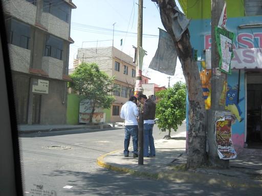 Zwei Chicos am Straßenrand – eben noch hat der Rechte an der Ecke mit Kreide sein Angebot auf das Pflaster gekritzelt. Fotografiert aus dem sicheren Auto.