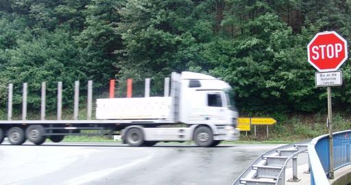 Die Kreuzung L742/B480 in Steinhelle. Wer hier nicht stoppt, wird schnell von links erwischt. (foto: zoom)