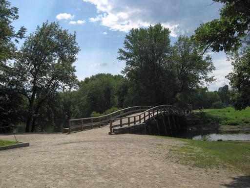 An dieser Brücke bekamen die Engländer das erste Mal einen auf den Detz. Die Folgen kennen wir: die damaligen dreizehn Staaten wurden unabhängig und schlichen sich auf den Weg zur Weltmacht.