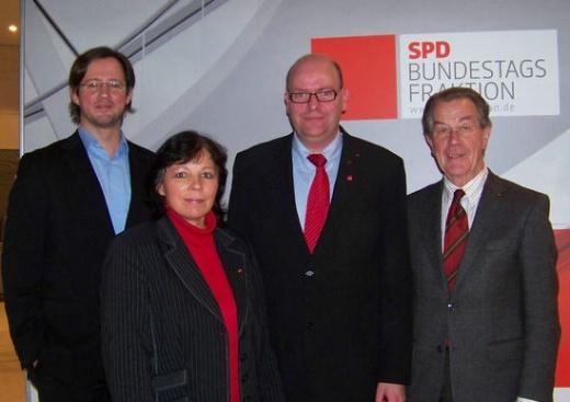 Die Sauerländer Roten: Dirk Wiese, Barbara Schmidt, Ralf Wiegelmann und Franz Müntefering (foto: afa_hsk)