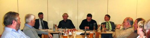 Das Podium im kleinen Saal des Kolpinghauses Siedlinghausen: Andreas Pieper, Johannes Hellwig, Michael Mingeleers und Bürgermeister Werner Eickler  (foto: zoom)