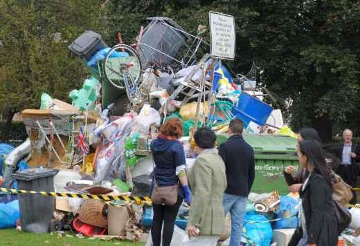 Kreative Abfallwirtschaft: Müllslulptur im Regents Park, London (foto: chris)