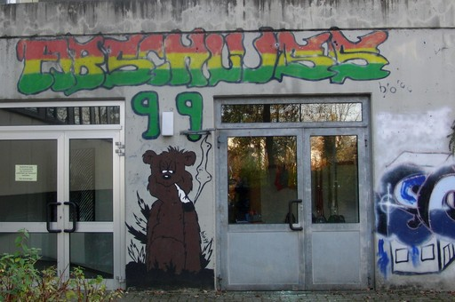 Im Hinterhof der Walburga Realschule kifft der Bär. Alles erlaubt - Hauptsache katholisch? (foto: luther)