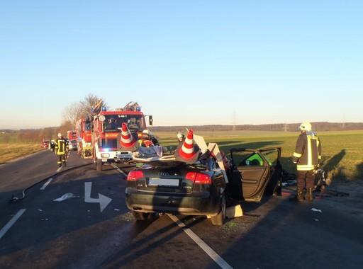 Der Sattelzug erfasste den PKW seitlich, der 65-jährige Fahrer wurde dabei in seinem Fahrzeug eingeklemmt.