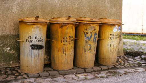 VEB-Mülltonnen aus Dömitz 1990 (foto: chris)
