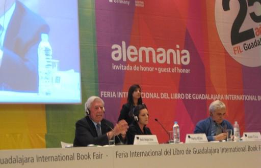Lektion in Körpersprache, Teil 1: Sehen so Menschen aus, die sich etwas zu sagen haben? - Die beiden Nobelpreisträger Mario Vargas Llosa und Herta Müller auf dem Podium. (fotos: koerdt)
