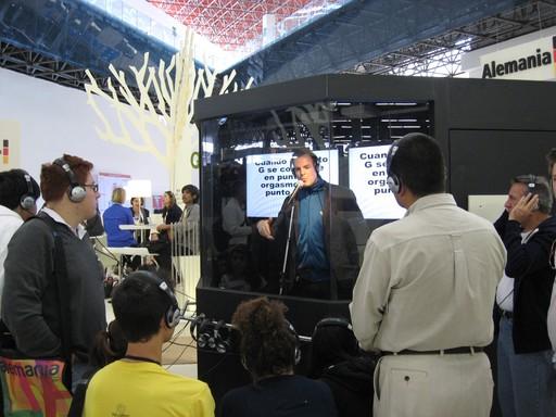 Sieht so moderne Künstlerhaltung aus? - Der Spoken Word-Performer Bas Böttcher in seiner Textbox. Der Tokio Hotel-Fanclub aus Jalisco war jedenfalls total begeistert.