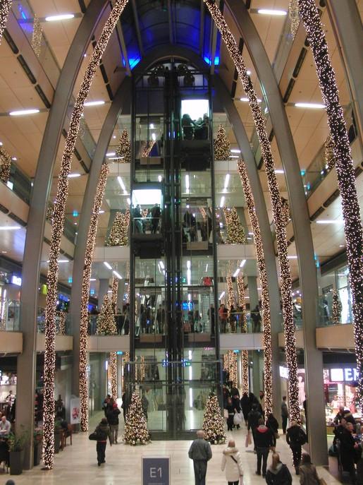 Weihnachten zieht sich in die Länge: Hamburger Konsum-Kathedrale (foto: zoom)